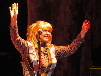 Renaissance's Annie Haslam thanks the crowd during her 2005 solo tour with jazz pianist David Sancious.