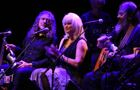 From left, Robert Plant, Emmylou Harris, Steve Earle perform during the Lampedusa: Concerts for Refugees at The Vic Theater in Chicago, Oct. 13, 2016. (Christian Fuchs Ñ Jesuit Refugee Service/USA)